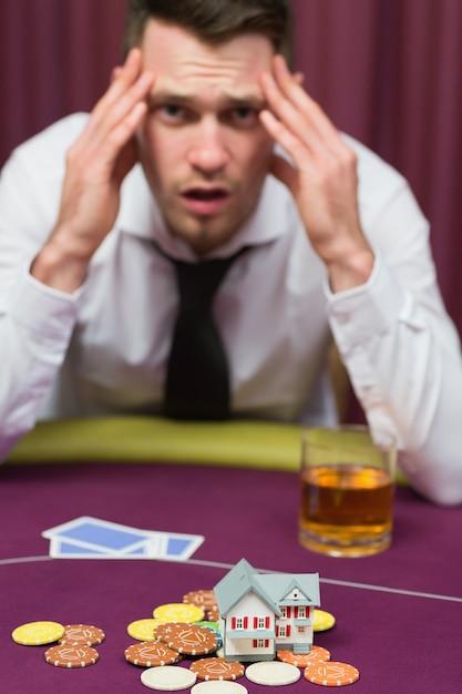 L'uomo perde la casa al gioco del poker Foto Premium