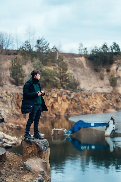 L'uomo pone nella cava vicino al fiume Foto Gratuite