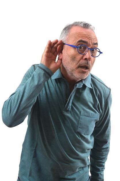 L'uomo si mette una mano sull'orecchio perché non riesce a sentire il bianco Foto Premium