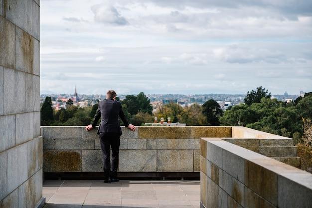 L'uomo si rilassa e guarda la città Foto Gratuite