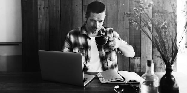 L'uomo si rilassa il concetto di lavoro della caffetteria di stile di vita Foto Premium