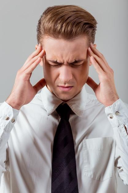 L'uomo si sente stanco e si tocca il viso. Foto Premium
