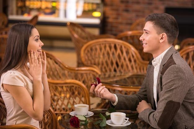 L'uomo sta facendo una proposta con l'anello alla sua ragazza. Foto Premium