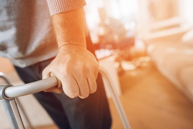 L'uomo tiene il camminatore per adulti in una casa di cura. Foto Premium