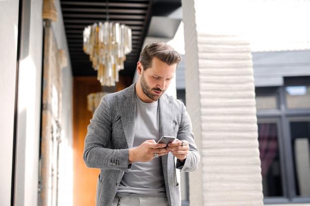 L'uso alla moda dell'uomo è smartphone Foto Premium