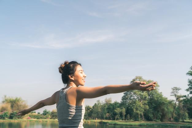 L'yoga della giovane donna asiatica all'aperto mantiene la calma e medita mentre pratica l'yoga Foto Gratuite
