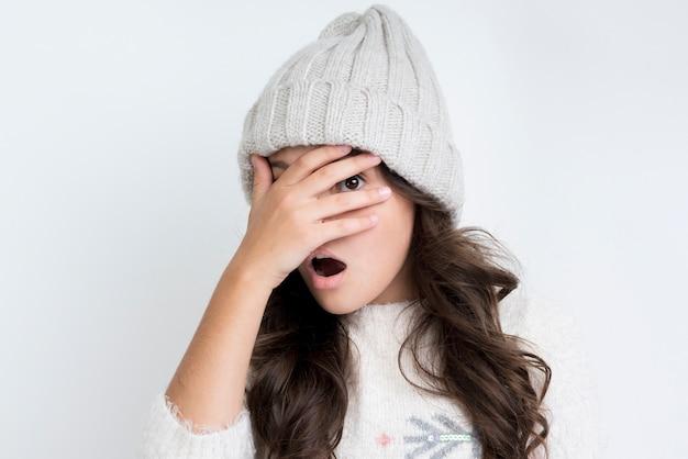 La bambina con l'inverno copre la vista frontale Foto Gratuite