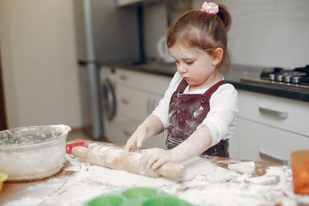 La bambina cucina l'impasto per i biscotti Foto Gratuite