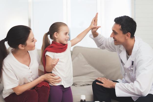 La bambina ha preso un raffreddore. sua madre ha chiamato il dottore Foto Premium
