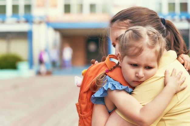 La bambina sottolinea che non vuole lasciare sua madre. Foto Premium