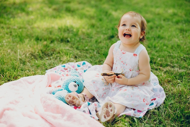 La bambina sta riposando nel parco Foto Gratuite