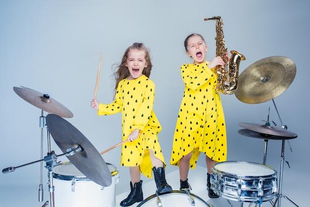 La band musicale teen si esibisce in uno studio di registrazione Foto Gratuite