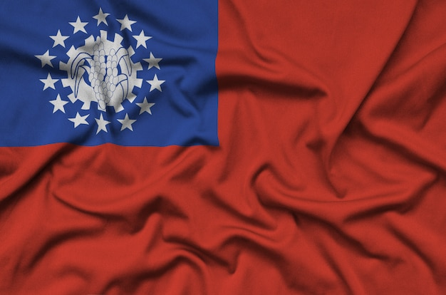 La bandiera del myanmar è raffigurata su un tessuto sportivo con molte pieghe. Foto Premium