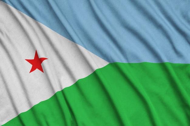La bandiera di gibuti è raffigurata su un tessuto sportivo con molte pieghe. Foto Premium