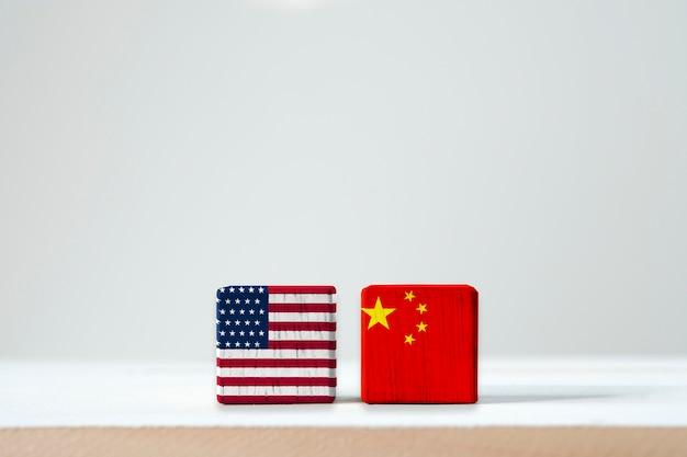 La bandiera di usa e la bandiera della cina stampano lo schermo su cubico di legno è simbolo della barriera fiscale di guerra commerciale di tariffa fra stati uniti d'america e la cina Foto Premium