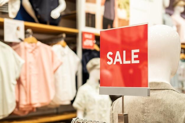 La bandiera di vendita e fa pubblicità alla struttura nel grande magazzino di acquisto al centro commerciale Foto Premium