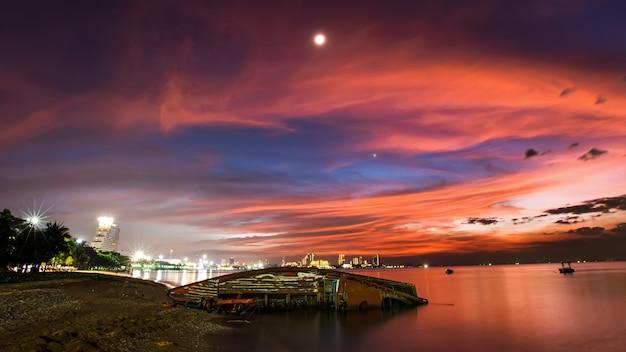 La barca si schianta sulla spiaggia di pattaya e fuochi d'artificio Foto Premium