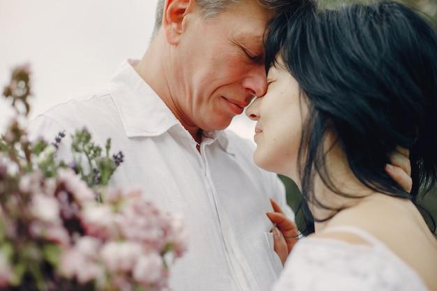 La bella coppia adulta passa il tempo in un campo dell'estate Foto Gratuite