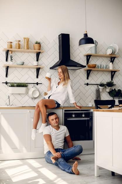 La bella coppia passa il tempo in una cucina Foto Gratuite