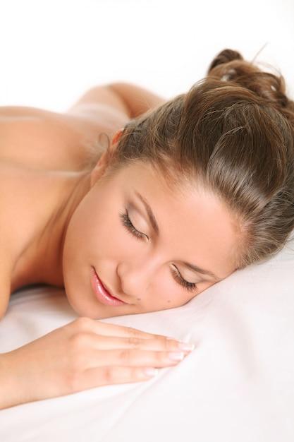 La bella donna caucasica gode del massaggio Foto Gratuite