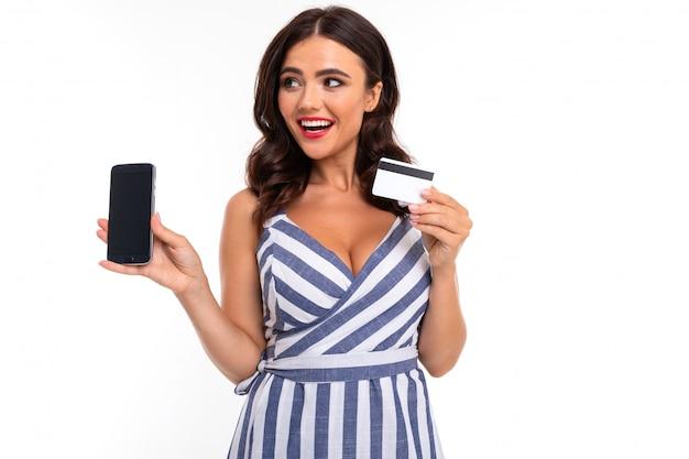 La bella donna caucasica mostra il telefono e la carta, immagine isolata su bianco Foto Premium