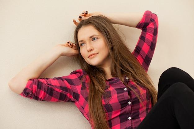 La bella donna caucasica si rilassa Foto Gratuite