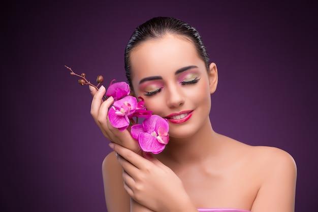 La bella donna dentro compone il concetto Foto Premium