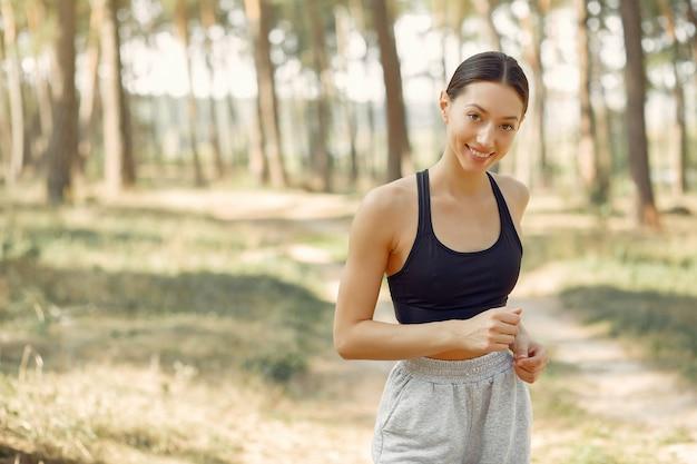 La bella donna funziona in un parco dell'estate Foto Gratuite