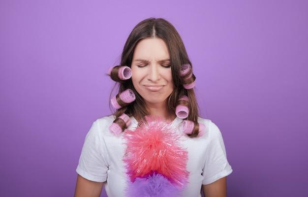 La bella donna in bigodini mostra la tristezza. Foto Premium
