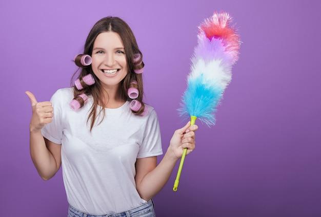 La bella donna mostra un super segno durante la pulizia. Foto Premium