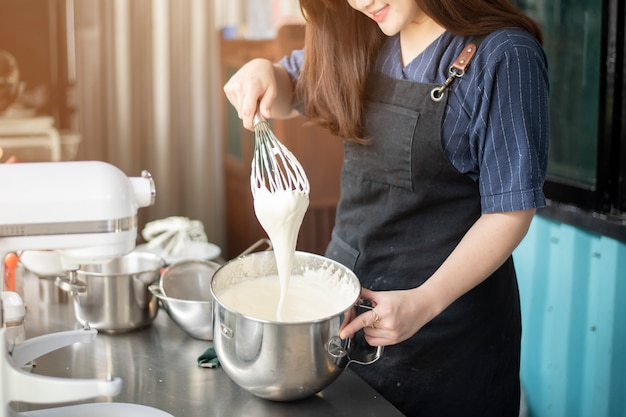 La bella donna sta facendo il forno Foto Premium