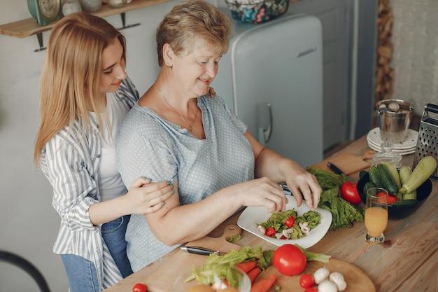La bella famiglia prepara il cibo in una cucina Foto Gratuite