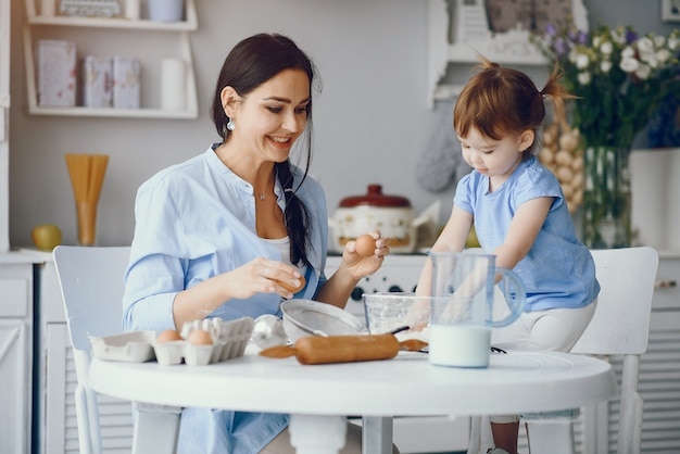 La bella famiglia prepara la colazione in una cucina Foto Gratuite