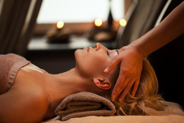 La bella giovane donna gode del massaggio Foto Gratuite