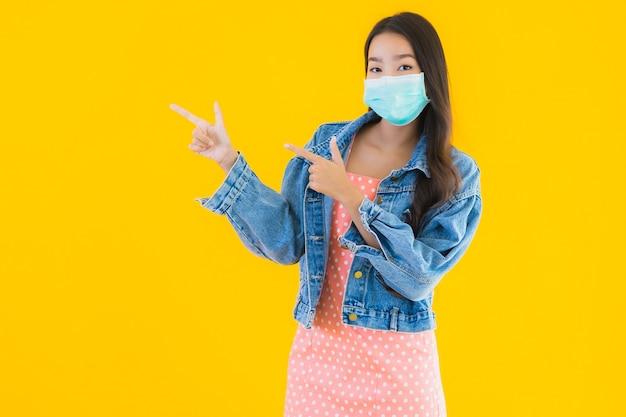 La bella giovane giovane maschera asiatica di usura della donna del ritratto per protegge il coronavirus o il covid19 Foto Gratuite