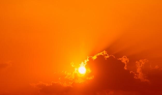 La bella luce del sole splende attraverso le nuvole prima del tramonto. Foto Premium