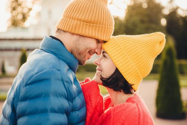 La bella mora ha un momento indimenticabile con il suo ragazzo, guardatevi negli occhi Foto Premium