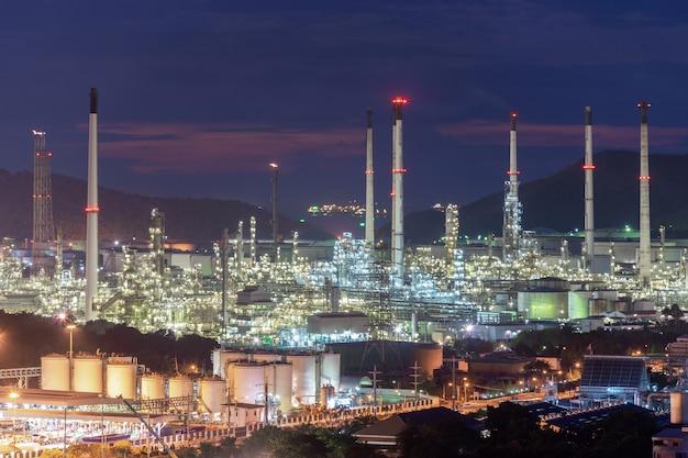 La bella pianta della fabbrica della raffineria di petrolio petrochimico del tramonto alla notte, abbellisce la tailandia Foto Premium