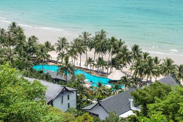 La bellezza di koh chang, nella provincia di trat in estate. i turisti vanno a rilassarsi a koh chang durante il festival estivo. Foto Premium