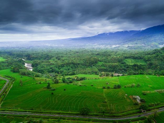 La bellezza naturale dell'indonesia con foto aeree con mattina nebbiosa Foto Premium