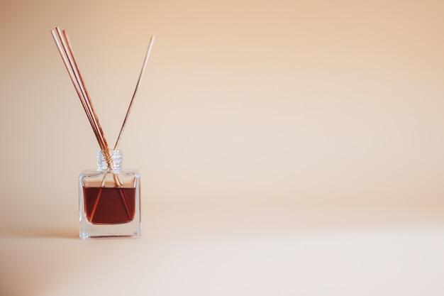 La bevanda rinfrescante di aria attacca i bastoni di bambù di aroma del vaso di vetro del fondo del begie Foto Premium