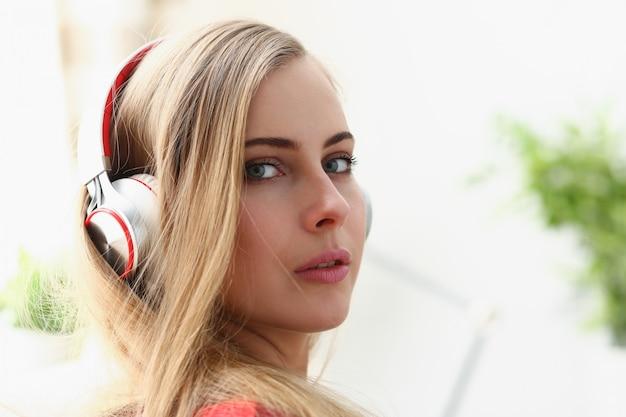 La bugia della donna sul sofà ascolta il sogno di musica Foto Premium