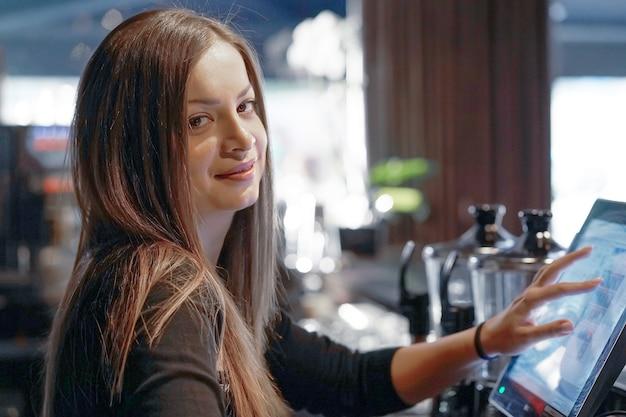 La cameriera al registratore di cassa Foto Premium