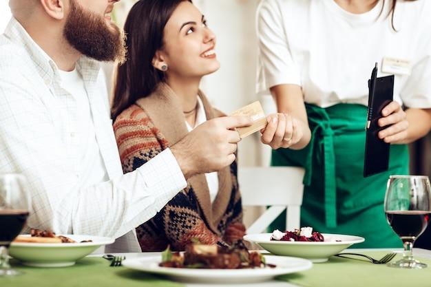 La cameriera portò alla coppia un conto per cena Foto Premium