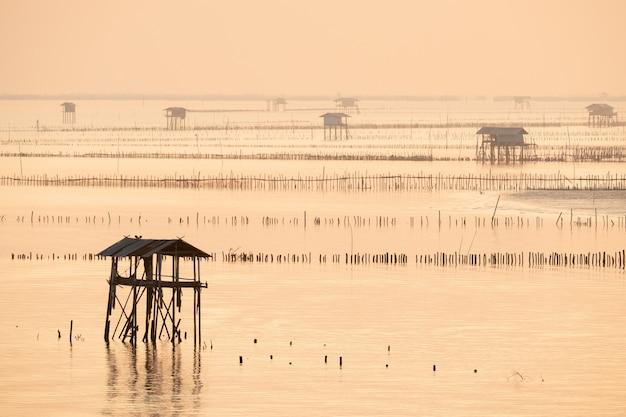 La capanna del pescatore nella baia di bang taboon, sud della tailandia di mattina Foto Premium