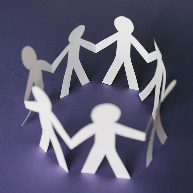 La carta ha tagliato le persone in cerchio Foto Gratuite