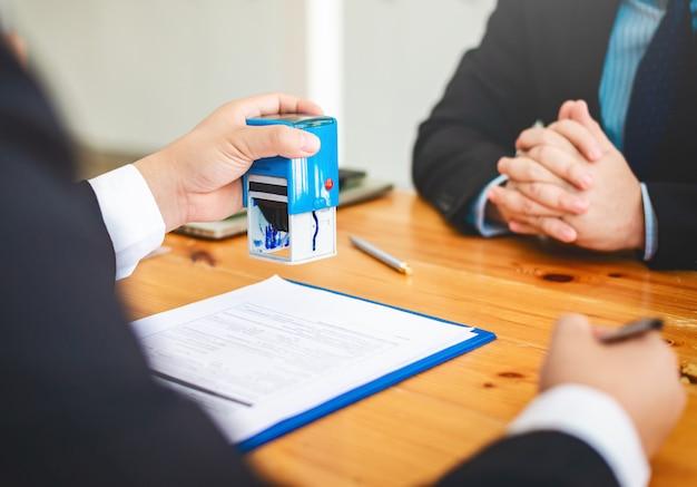 La casa agente immobiliare rivede i documenti che sono stati approvati per il prestito dell'acquirente domestico. Foto Premium