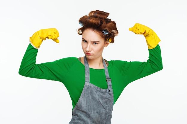 La casalinga abbastanza giovane mostra il potere che posa e che prende in giro Foto Gratuite