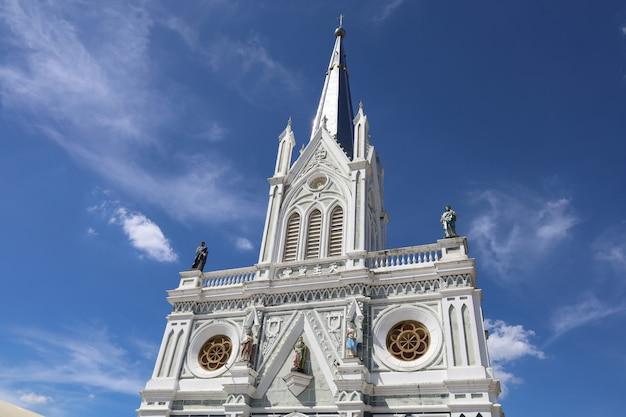 La chiesa della natività di nostra signora è un bel punto di riferimento ad amphawa Foto Premium