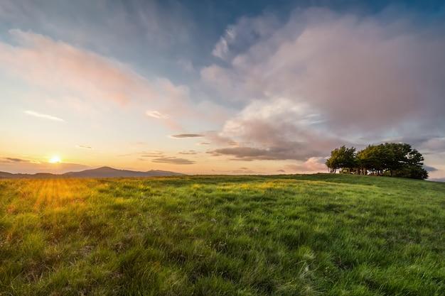 La cima del monte pratomagno in toscana al tramonto (italia). una montagna particolare il cui picco è costituito da un grande prato con poca vegetazione. Foto Premium